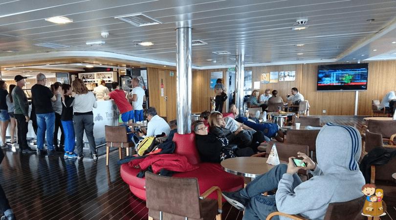 viajar en ferry con balearia cafeteria
