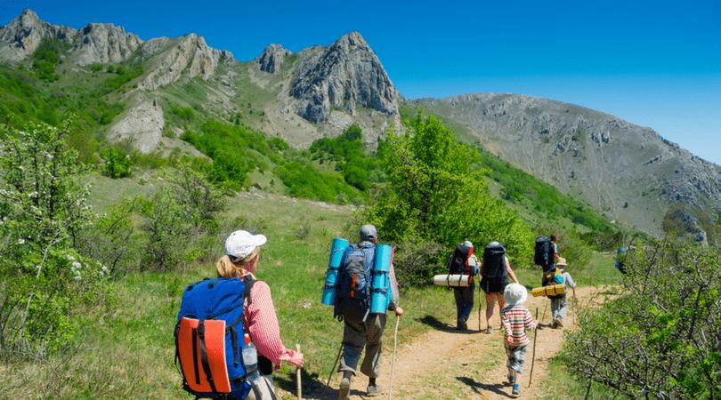 Grupos de excursionistas y asociaciones de senderismo de Alicante familias caminando