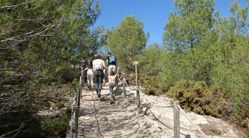 ruta a la buitrera de Alcoy acceso a la reserva con los niños en la mochila