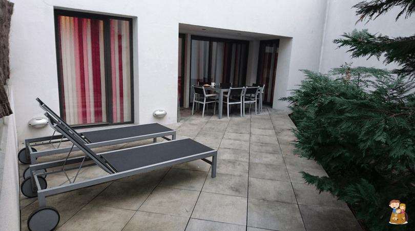the urban suites barcelona 1 con los ninos en la mochila