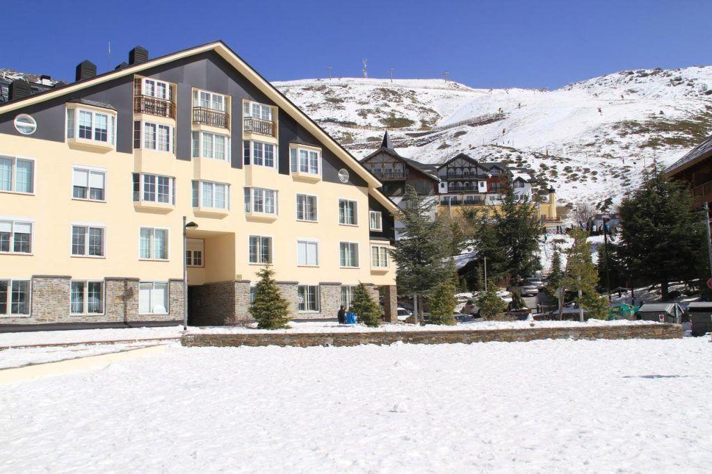 alojamientos en sierra nevada bed and snow con los niños en la mochila