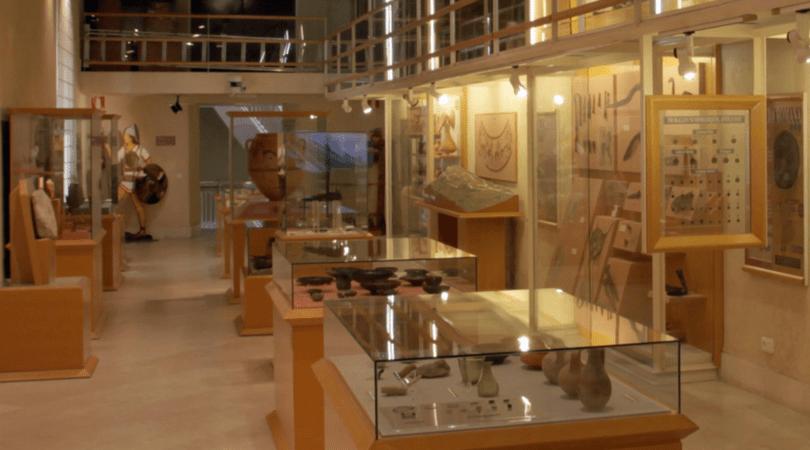 planes con niños en Alcoy con los niños en la mochila museo arqueologico